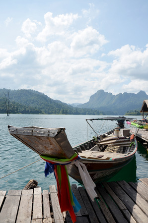 sok: Boat floating on lake at Khao Sok National Park in Surat Thani, Thailand