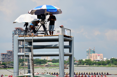 bateau de course: Thai people use Digital Camcorder Video for  broadcast live Long boat Racing at Chaopraya river นื November 8, 2015 in Nonthaburi, Thailand �ditoriale