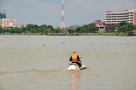 bateau de course: Agent de sécurité équitation jet ski à Long bateau Racing à la rivière Chaopraya le 8 Novembre 2015 Nonthaburi, Thaïlande