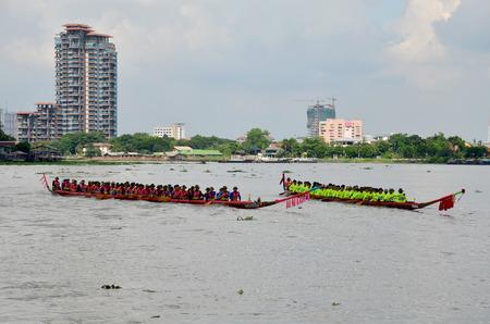 bateau de course: Les Thaïlandais se joignent à Long Boat Racing à la rivière Chaopraya à Nonthaburi, Thaïlande