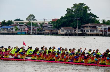 bateau de course: Les Thaïlandais se joignent à long Racing en bateau à la rivière Chaopraya le 8 Novembre 2015 Nonthaburi, Thaïlande Éditoriale