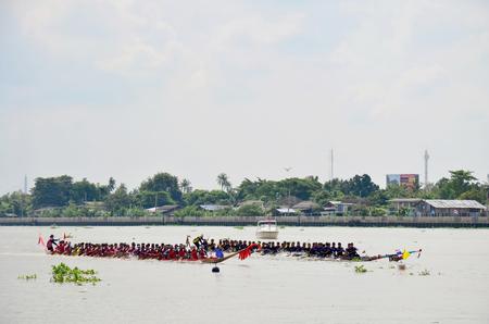 bateau de course: NONTHABURI, THAÏLANDE - 8 novembre: les Thaïlandais aviron à long bateau en festival de course long bateau à la rivière Chaopraya le 8 Novembre 2015 Nonthaburi, Thaïlande