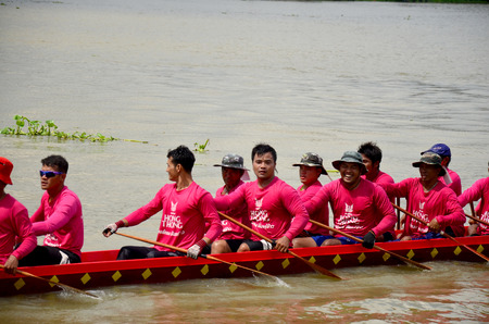 bateau de course: Thai people join with Long boat Racing at Chaopraya river on November 8, 2015 in Nonthaburi, Thailand