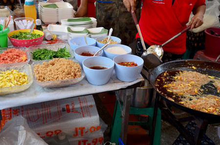goong: Material for cooking Thai Fried Noodle With Prawn or Thai called Pad Thai Goong Sod for sale people in market Stock Photo
