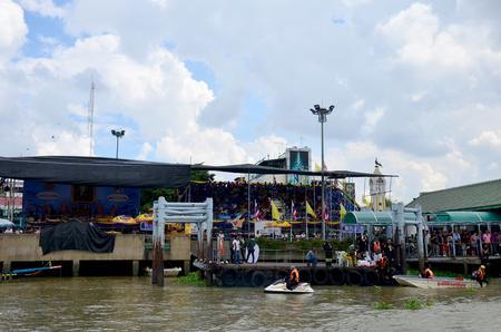 bateau de course: Les gens adhèrent et applaudissent à Long Racing en bateau sur la rivière Chaopraya le 8 Novembre 2015 Nonthaburi, Thaïlande