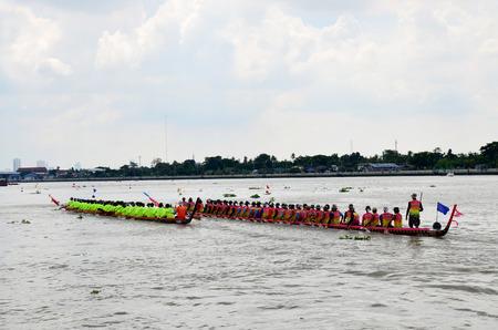 bateau de course: Les Tha�landais se joignent � long Racing en bateau � la rivi�re Chaopraya le 8 Novembre 2015 Nonthaburi, Tha�lande �ditoriale