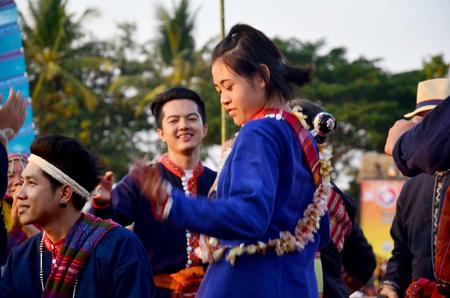 zampona: Phu Thai personas cantando y tocando instrumentos musicales tradicionales de Tailandia Phu estilo tailandés para espectáculo en Ban Ninguno Hom el 15 de enero de 2016 Sakon Nakhon, Tailandia Editorial