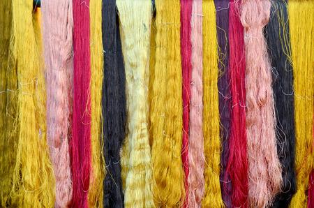 Tinte de seda colorido de las sedas del material del color natural para el estilo tailandés de la artesanía de seda tejida en el isan de Tailandia Foto de archivo