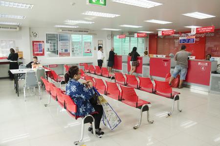 I thailandesi l'invio di pacchi postali e il servizio clienti dei dipendenti veloce e cordiale presso l'ufficio postale il 25 gennaio 2017 a Bangkok, Thailandia