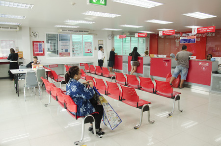 Thai people sending parcel post and employee service customer by fast and friendly at post office on January 25, 2017 in Bangkok, Thailand Éditoriale