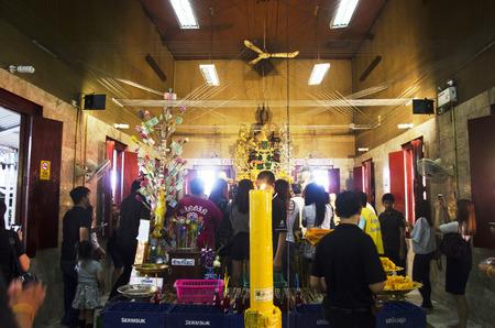 Thaise mensen respecteren bidden en bezoeken voor zegening van Luang Phor Pak Daeng Boeddhabeeld in Wat Prommanee of Wat Prammanee op 9 mei 2017 in Nakhon Nayok, Thailand
