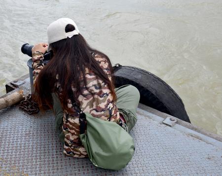 bateau de course: Photos thaïlandaises tirant des photos en Thaïlande Festival traditionnel de courses de bateaux longs à la rivière Chaopraya à Nonthaburi, en Thaïlande Banque d'images