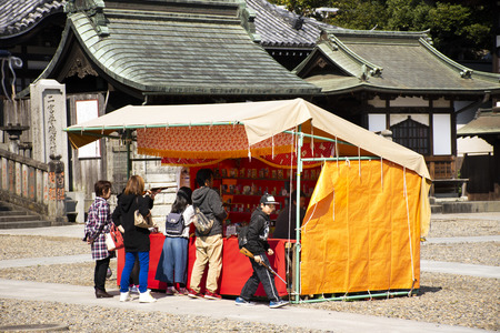 Tokyo, Japan - March 31, 2019 : Japanese people and foreigner travelers playing shooting game in street market festival at Naritasan Shinshoji of Narita at Chiba Prefecture on March 31, 2019 in Tokyo, Japan Фото со стока - 130764577