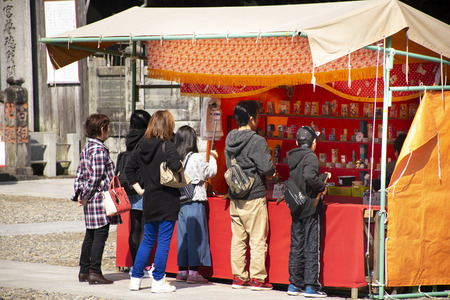 Tokyo, Japan - March 31, 2019 : Japanese people and foreigner travelers playing shooting game in street market festival at Naritasan Shinshoji of Narita at Chiba Prefecture on March 31, 2019 in Tokyo, Japan Фото со стока - 130764715