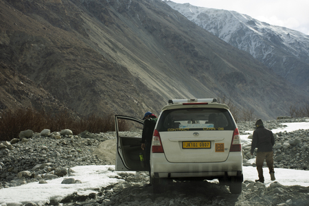 JAMMU KASHMIR, INDIA - MARCH 22 : Indian driving car on Khardung La Road in Himalaya mountain bring travelers visit Nubra and Pangong lake at Leh Ladakh on March 22, 2019 in Jammu and Kashmir, India Редакционное