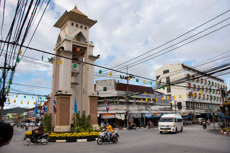 YALA, THAILAND - August 16 : Thai people and foreign travelers drive car and ride motorcycle and bike bicycle at traffic road Clock bell tower roundabout of Betong on August 16, 2019 in Yala, Thailand Redactioneel