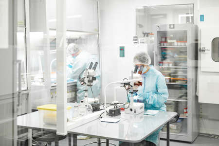 Laboratoire de production de biomatériaux. Les gens font des recherches.