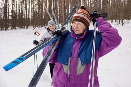 An active elderly couple is engaged in skiing Archivio Fotografico