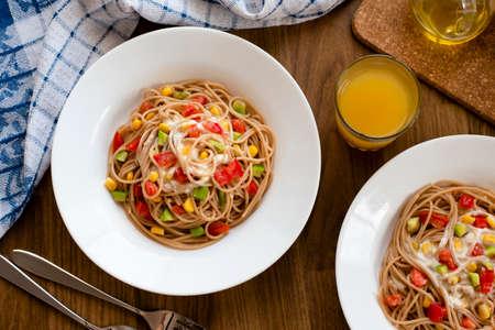 Delicious vegan pasta salad with tahini dressing. Noodles with quinoa or whole wheat pasta. Archivio Fotografico