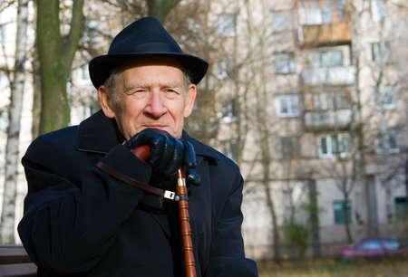 vecchiaia: Ritratto di un vecchio uomo sorridente in un cappello e con walkingstick Archivio Fotografico