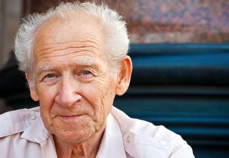 vieux: portrait visage d'un homme gai senior souriant Banque d'images
