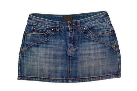 mini jupe: jupe en denim bleu � court isol� sur fond blanc