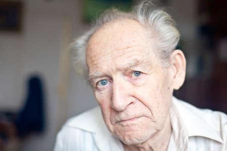 yeux tristes: portrait visage d'un vieux malheureux sup�rieurs fron�ant les sourcils Banque d'images