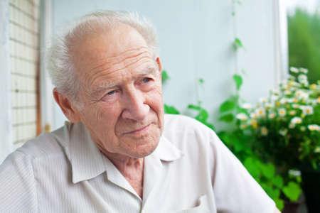 portrait of a pensive senior man looking into the distance Banque d'images