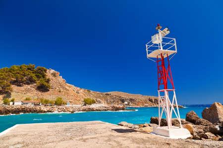 chora: poco a rayas faro en el puerto de Chora Sfakion en Creta, Grecia