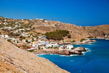 chora: casitas blancas de Chora Sfakion y hermoso mar azul de Libia, Creta, Grecia Foto de archivo