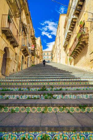 Beroemde stappen met keramische tegels met de naam Santa Maria del Monte in Caltagirone, Sicilië Stockfoto - 29684958