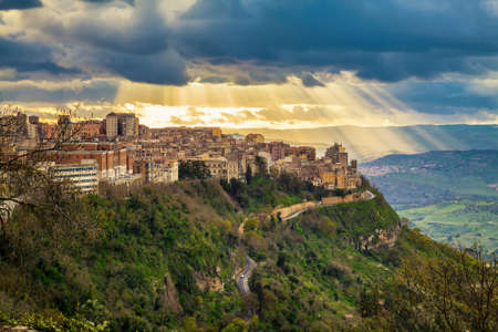 the sun breaking through the clouds above Enna - the highest city in Sicily Stockfoto