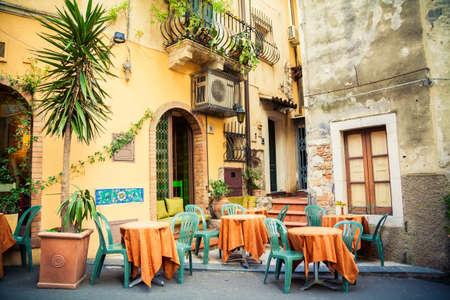 Straßencafé in der wunderschönen Stadt Taormina, Sizilien, Italien Editorial