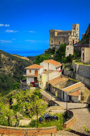 Prachtig uitzicht op de kerk van St. Nicolo in Savoca - klein dorp in de buurt van Taormina, Sicilië, Italië Stockfoto - 33923517