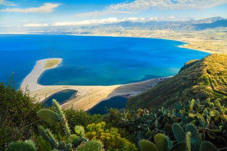 Prachtig uitzicht over de baai van Tindari met het strand Marinello, Sicilië, Italië Stockfoto - 33923552
