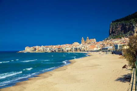 Lege strand van Cefalu leidt tot de oude stad in een zonnige lentedag, Sicilië Stockfoto - 34207886