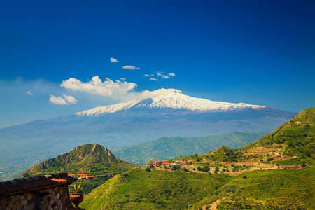 paisaje mediterraneo: view of the beautiful volcano Etna from the town Castelmola, Sicily, Italy Foto de archivo
