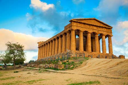 templo griego: Ruinas griegas del templo de Concordia en el Valle de los Templos cerca de Agrigento, Sicilia