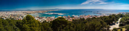 aerial panoramic view on the port, historic center and modern districts of Palma de Mallorca, Spain 免版税图像