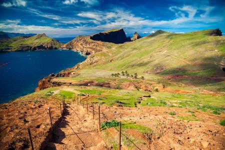 down stairs: camino que recorre con escaleras abajo en la Ponta de Sao Lourenco, Madeira, Portugal Foto de archivo