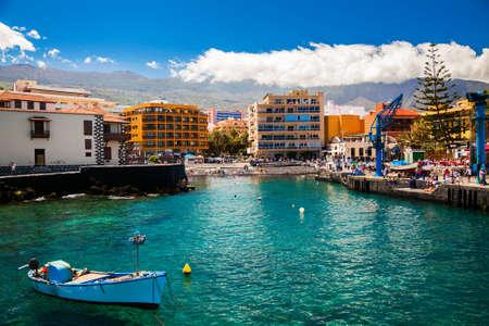 プエルト デ ラ クルーズ テネリフェ島、スペインの小さなビーチがある古い漁港の景色
