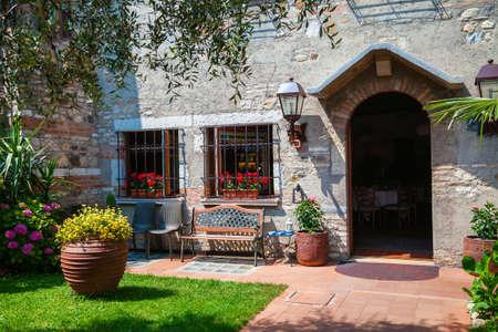 Pequeño patio y entrada a la casa en Sirmione, Lago de Garda, Italia