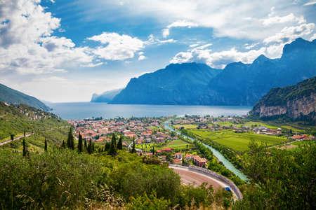 prachtig uitzicht op de stad Nago Torbole en de Sarca-rivier, het Gardameer, Trentino, Italië Stockfoto