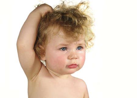 Bébé avec des cheveux fous sur fond blanc