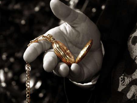 mans watch: Blanco y negro de la mano del hombre con el reloj de bolsillo coloreada