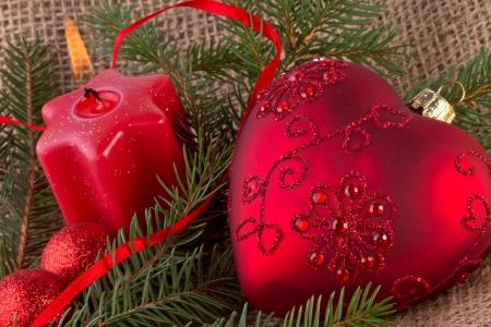 Vánoční dekorace s červeným srdcem a svíčky