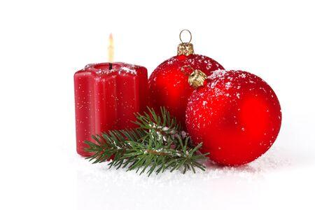 velas de navidad: bolas rojas de la Navidad con la vela, aislado sobre fondo blanco Foto de archivo