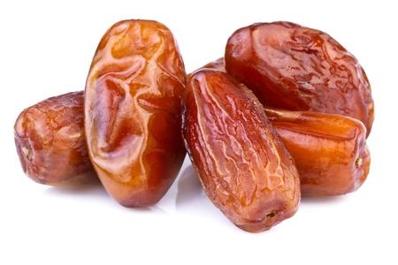 frutas secas: Close up de d�tiles secos sobre fondo blanco