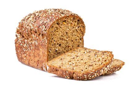 celozrnný chléb na bílém pozadí