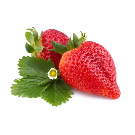 fraise: fraise avec des feuilles isol�es sur fond blanc Banque d'images
